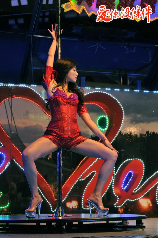 愛你沒條件 - 林可唯專業科班出身,加上從小練舞蹈,身段相當柔軟,一場拍鋼管的戲,她下腰、倒立樣樣來,劈腿更是難不倒她,雖是首次練鋼管,但架式十足的她毫無生澀感,更將本身和鋼管的契合發揮淋漓盡致,令全場驚豔。 精彩劇照